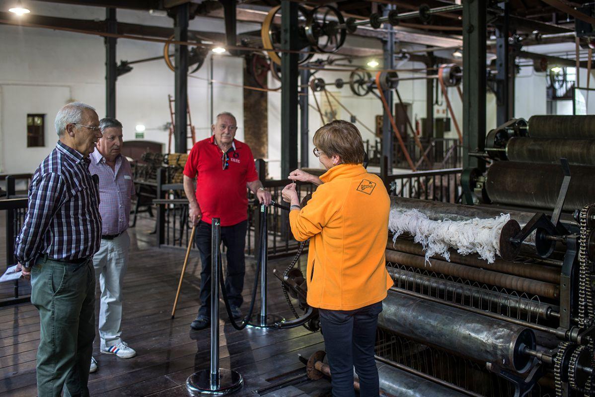 En Boinas Elósegui explican cómo la lana merina aún puede verse en las hilanderas de la fábrica.