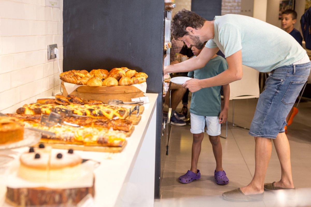 Pastelería y obrador Tugues (Lleida): zona de autoservicio de desayunos y meriendas