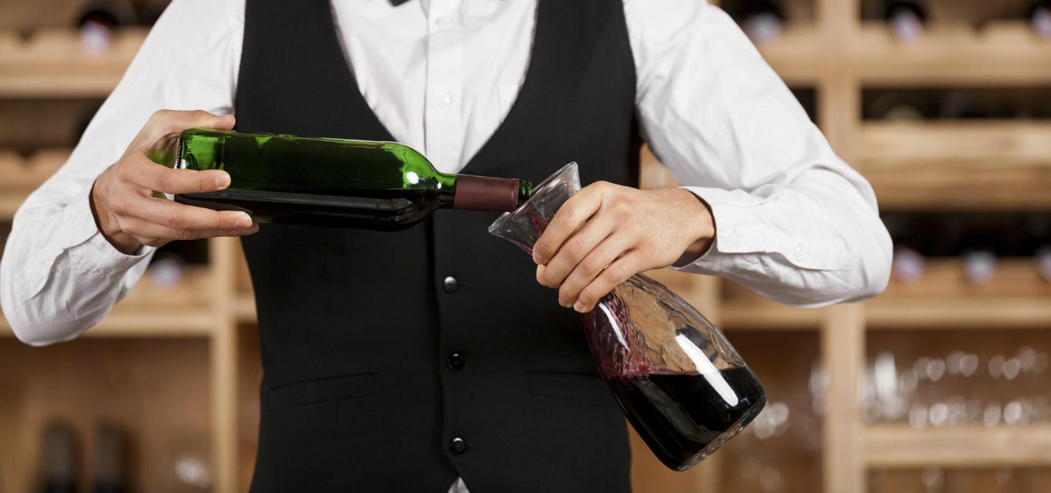 El vino se decanta para airearlo.