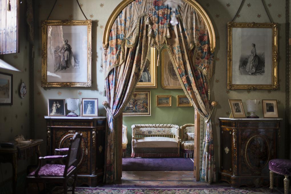 Salones privados decorados con numerosos recuerdos de los emperadores.