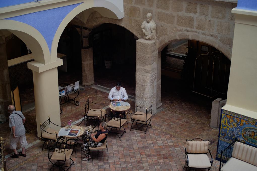 El hotel conserva partes de granito intactas del palacio original.