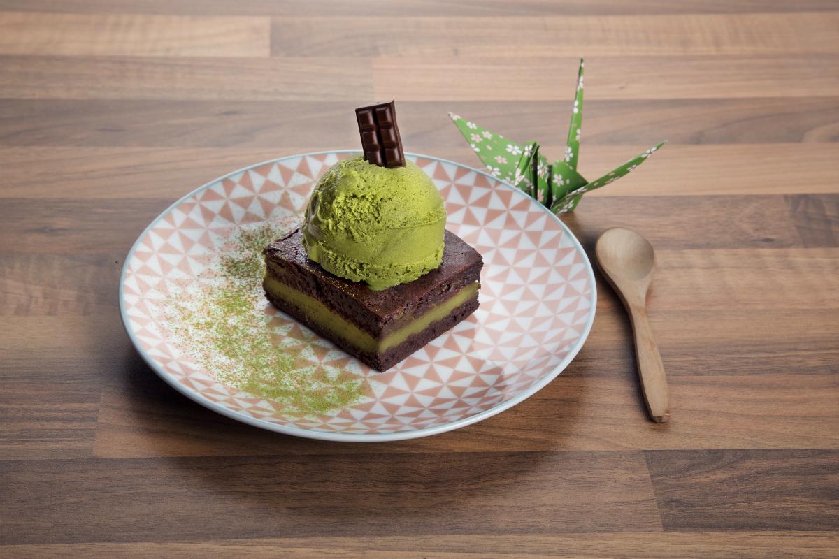Brownie casero de chocolate y matcha con helado. / Foto: Okashi Sanda.