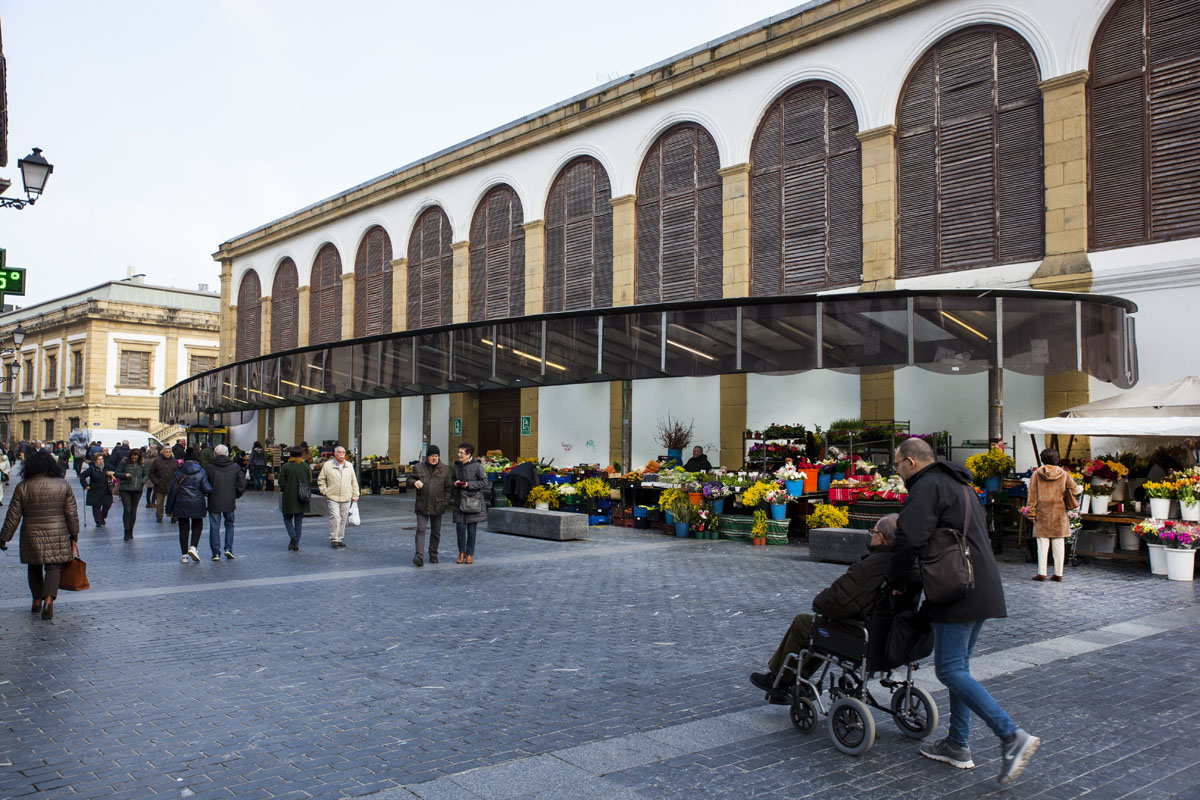El exterior del mercado invita a pasear entre 'las caseras', o puestos exteriores.