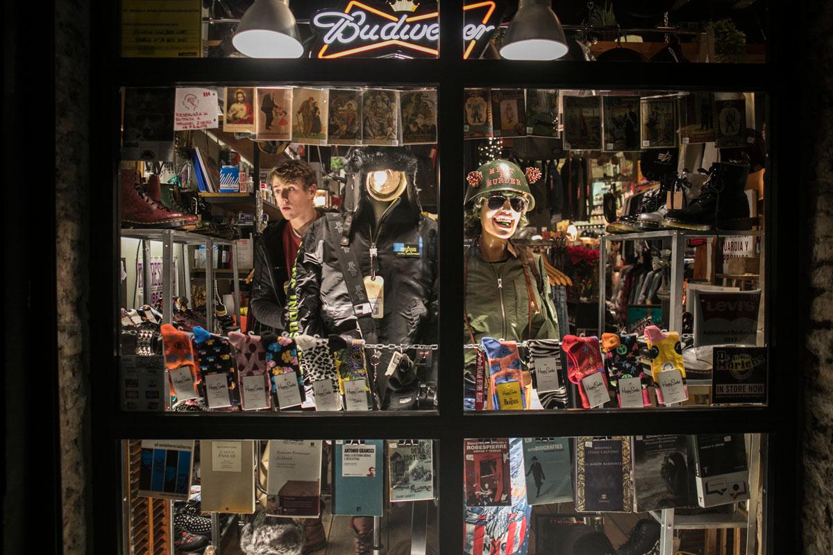 Libros, vinilos y material artístico ocupan sus escaparates.