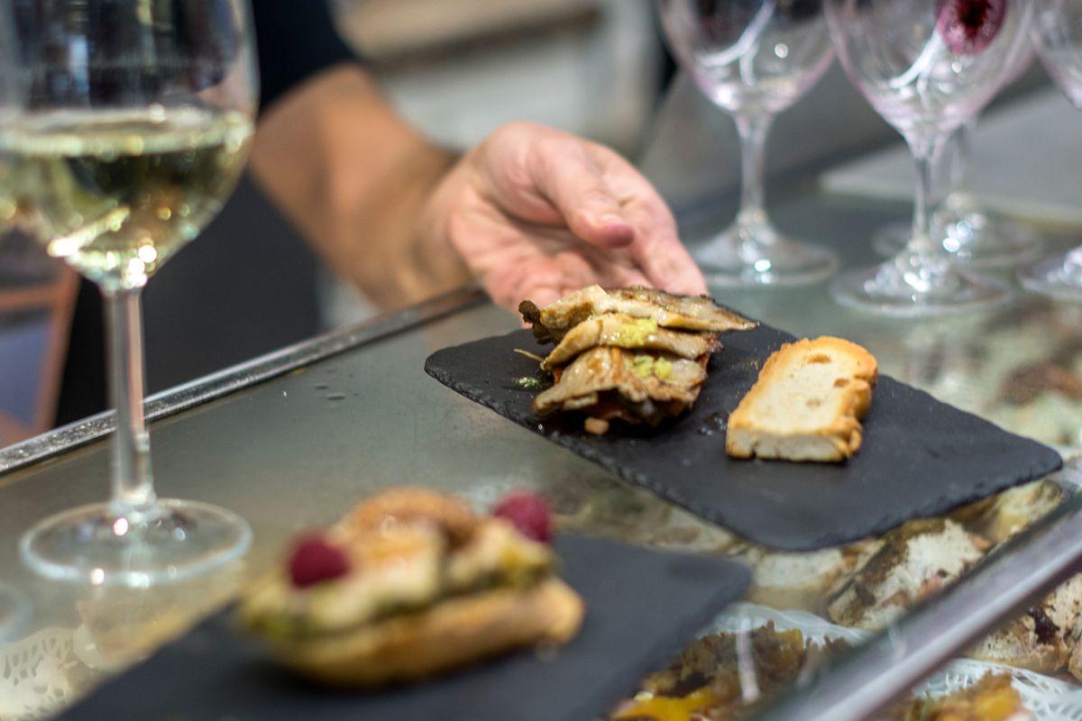 Tapas por Valladolid. Jero. Lomo ibérico, pimientos asados y setas de chopo. Foto: Alfredo Cáliz.
