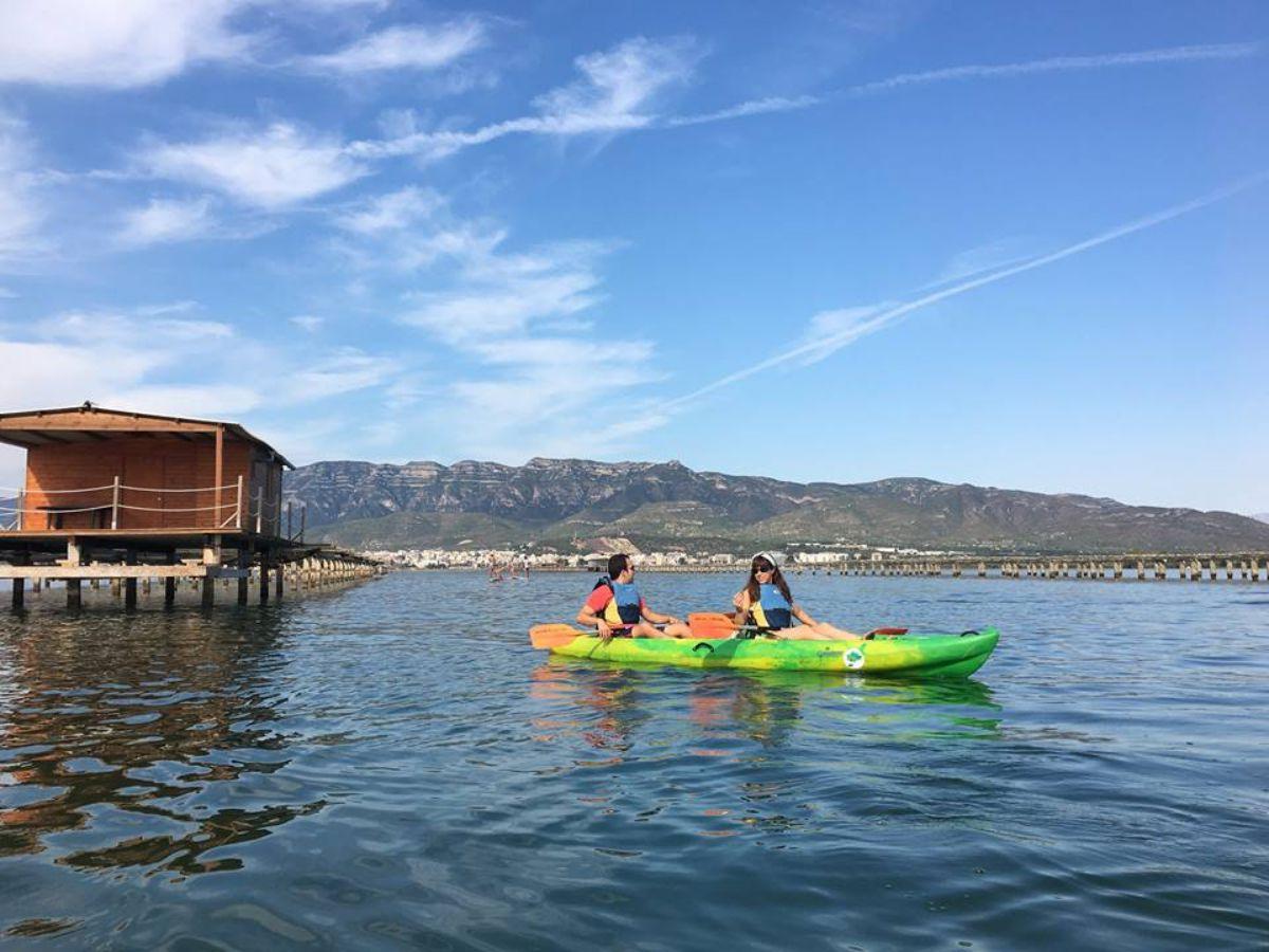 Remando en kayak junto a las bateas de mejillones de la Bahía dels Alfacs. Foto: Natura Aventura.