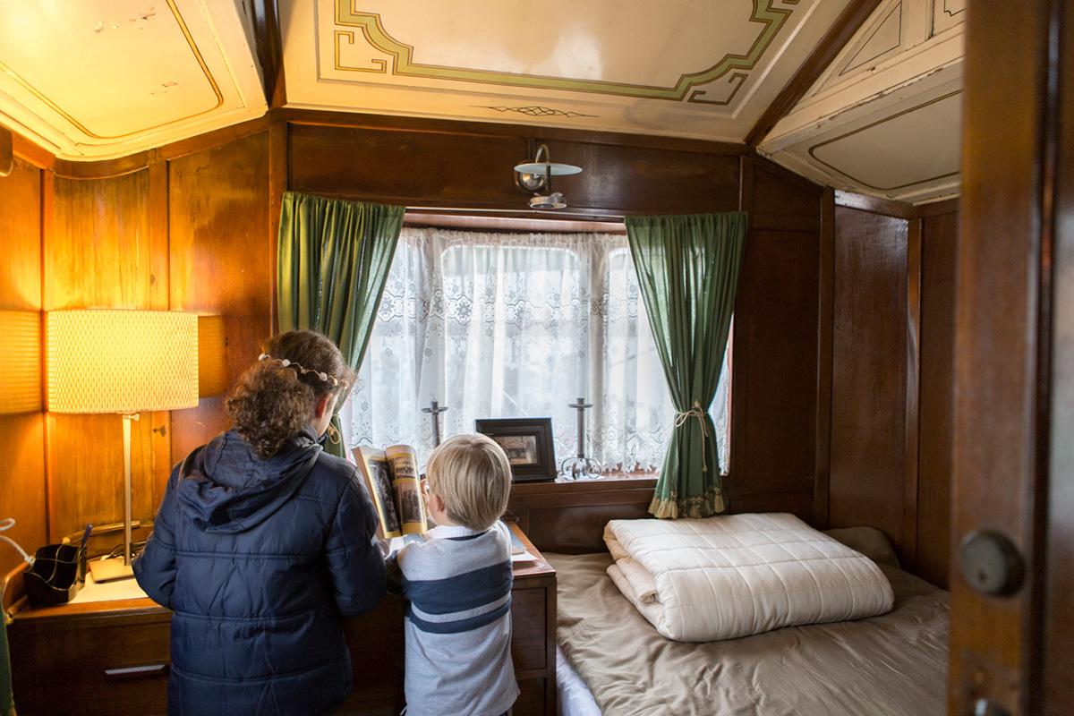 Dispone de una cama doble y una litera, además del salón y el baño.