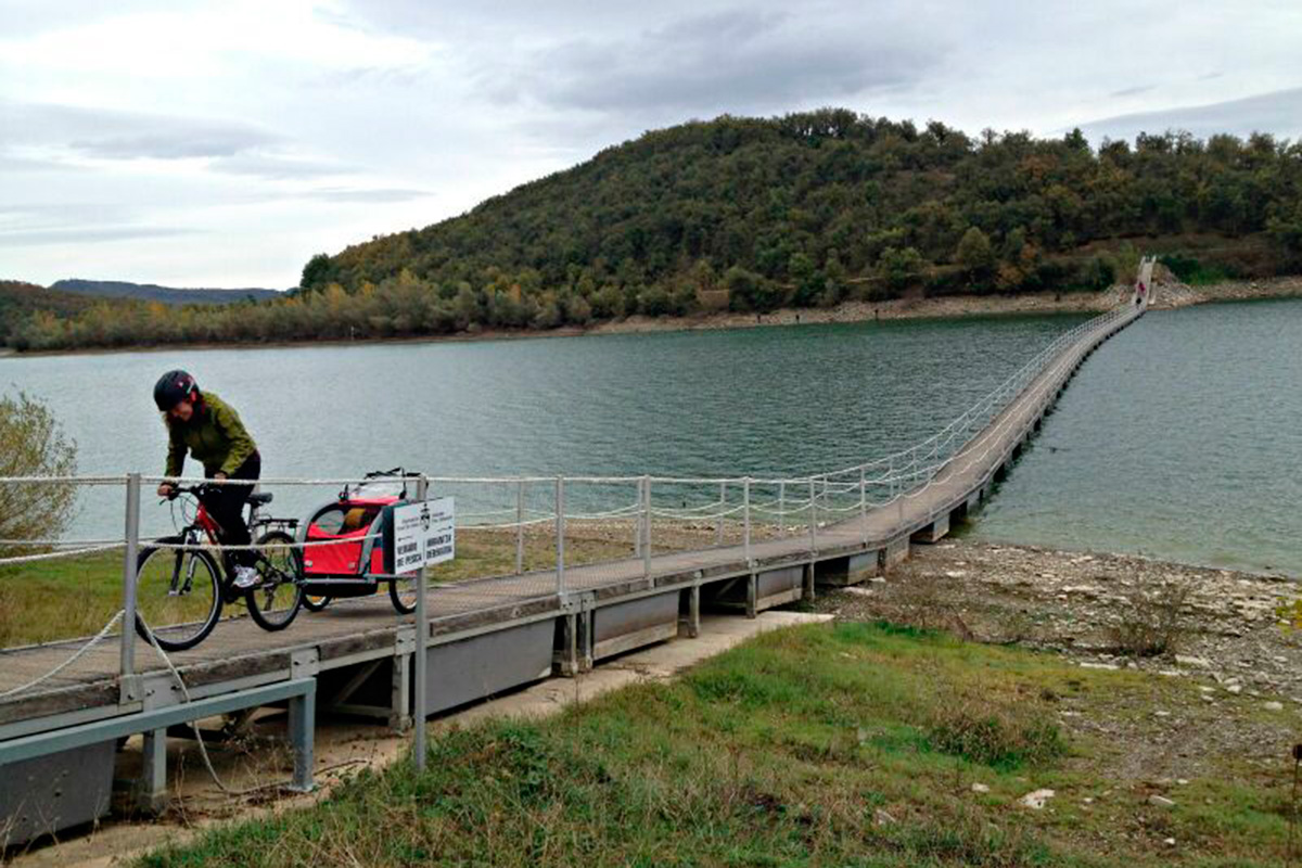 Pantano Ullibarri-Gamboa: Atravesando la pasarela del Zadorra.