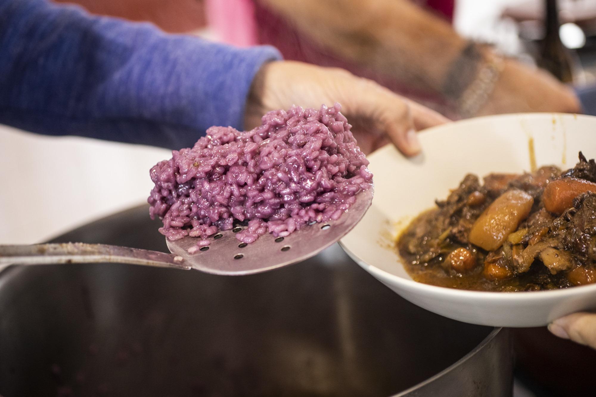 El menú: guiso de jabalí y arroz púrpura.