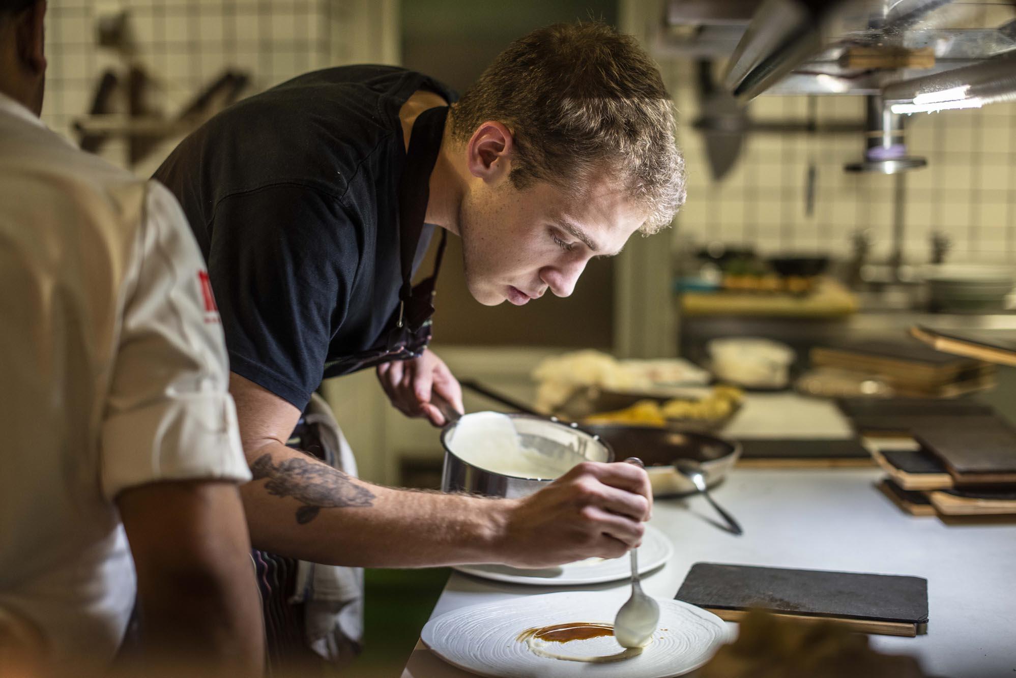 El chef Víctor Membibre en plena faena.