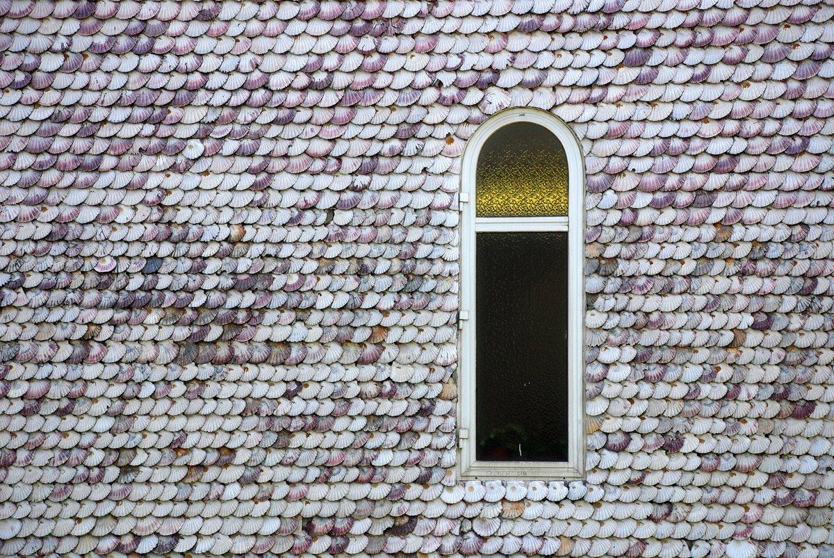 La emblemática Capilla de las Conchas, en La Toja, fue construida en el siglo XII. Foto: Shutterstock.