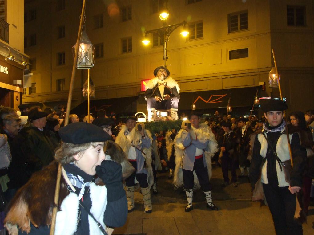 El Olentzero pasa delante del Café Niza, un clásico pamplonés. Foto: Asociación Amigos de Olentzero de Pamplona.