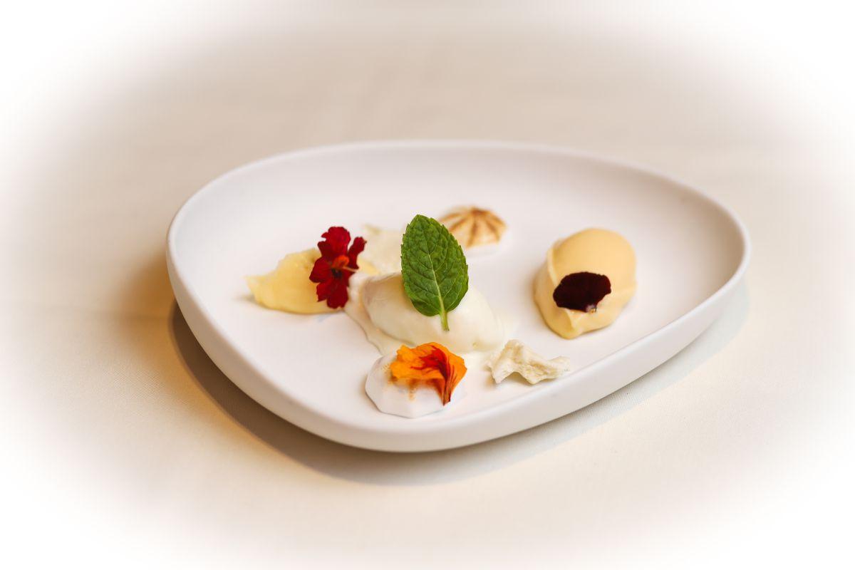 El Cremoso de chocolate blanco con 'mousse' de limón, bizcocho de leche, helado de yogur y merengue.
