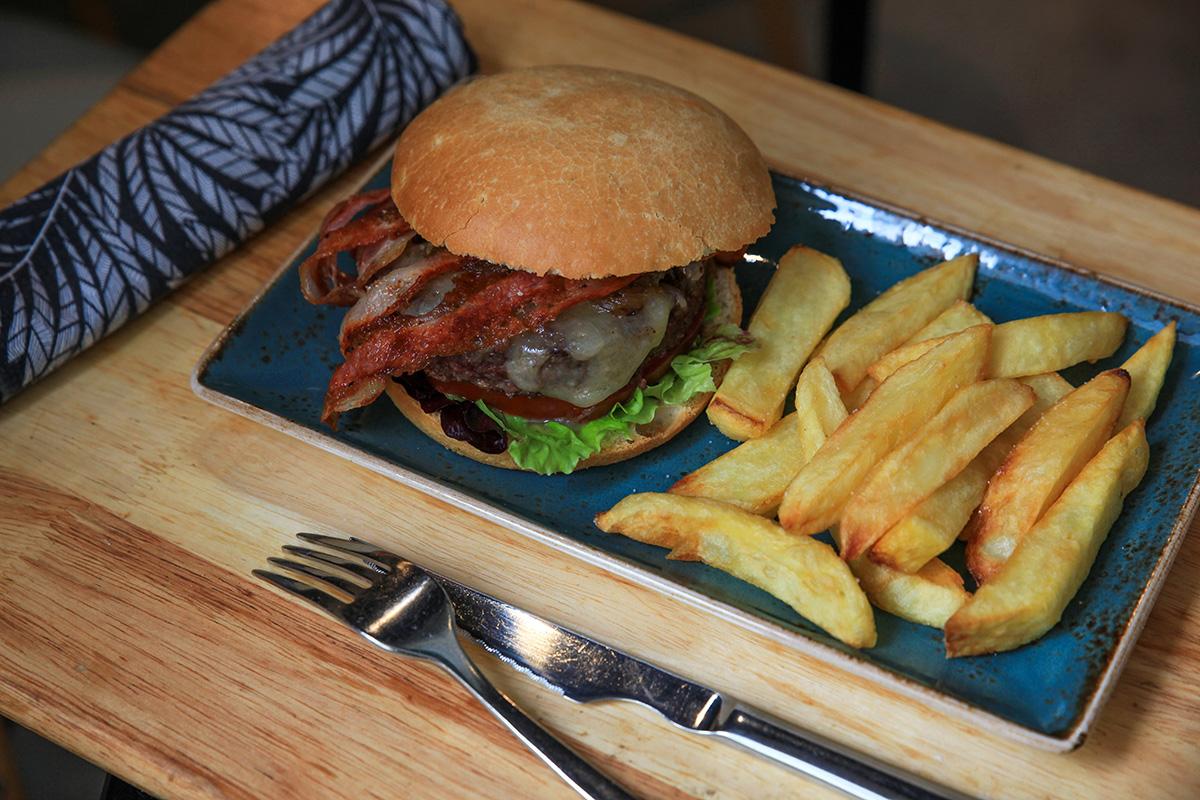 Ubicado en el casco antiguo, la oferta de la carta traspasa las hamburguesas.