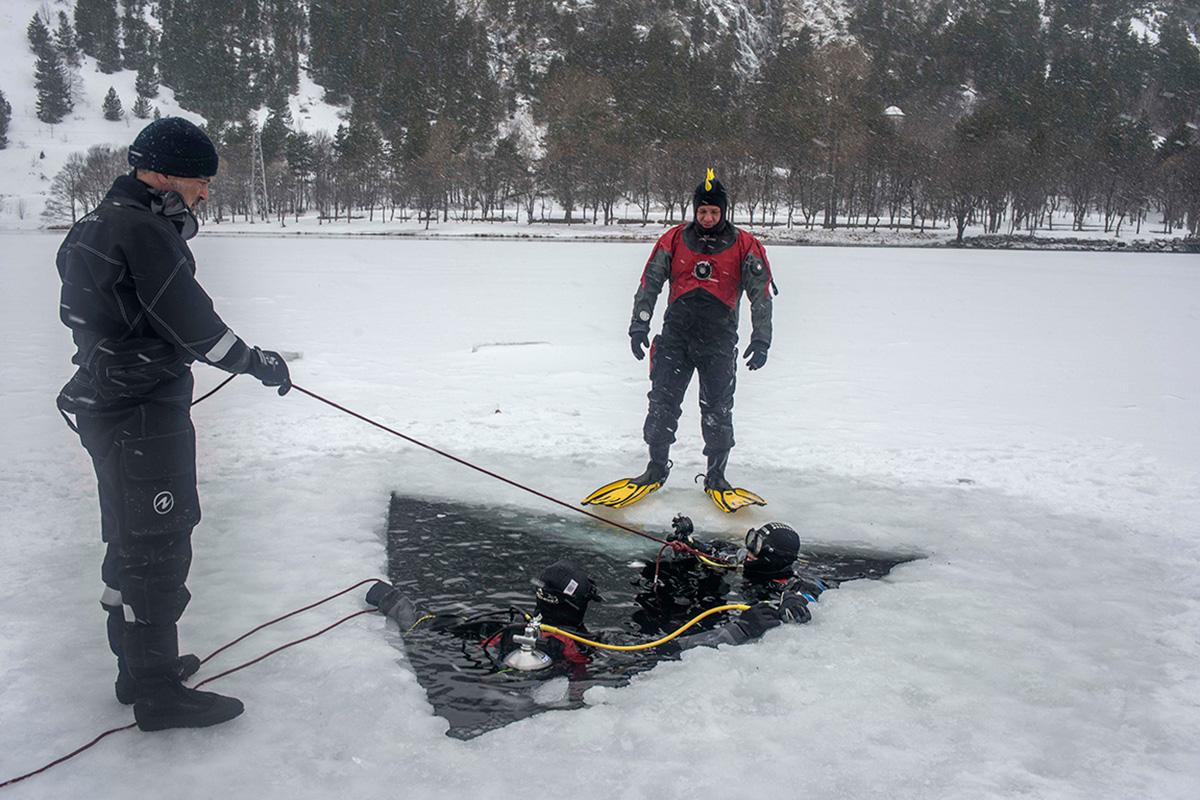 Se abre un triángulo en el hielo del lago y listo para lanzarse al agua.