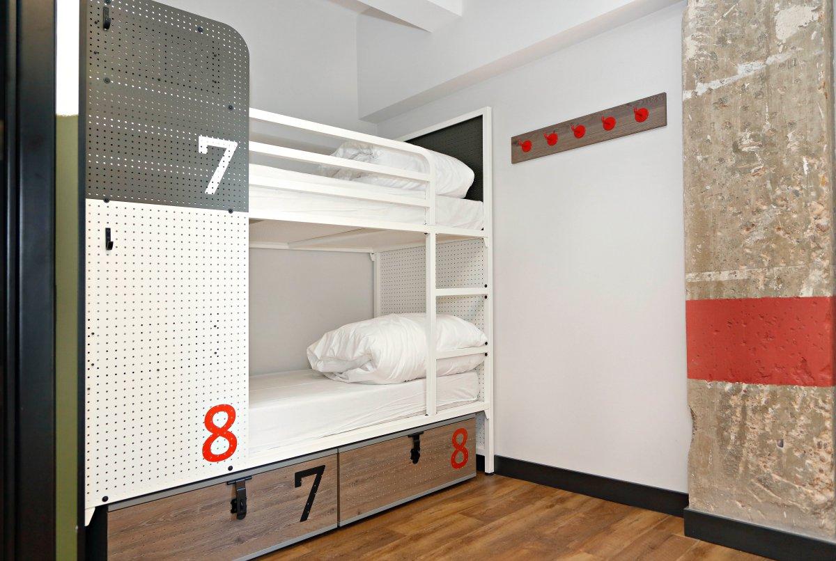 Las habitaciones compartidas tienen hasta 8 camas.