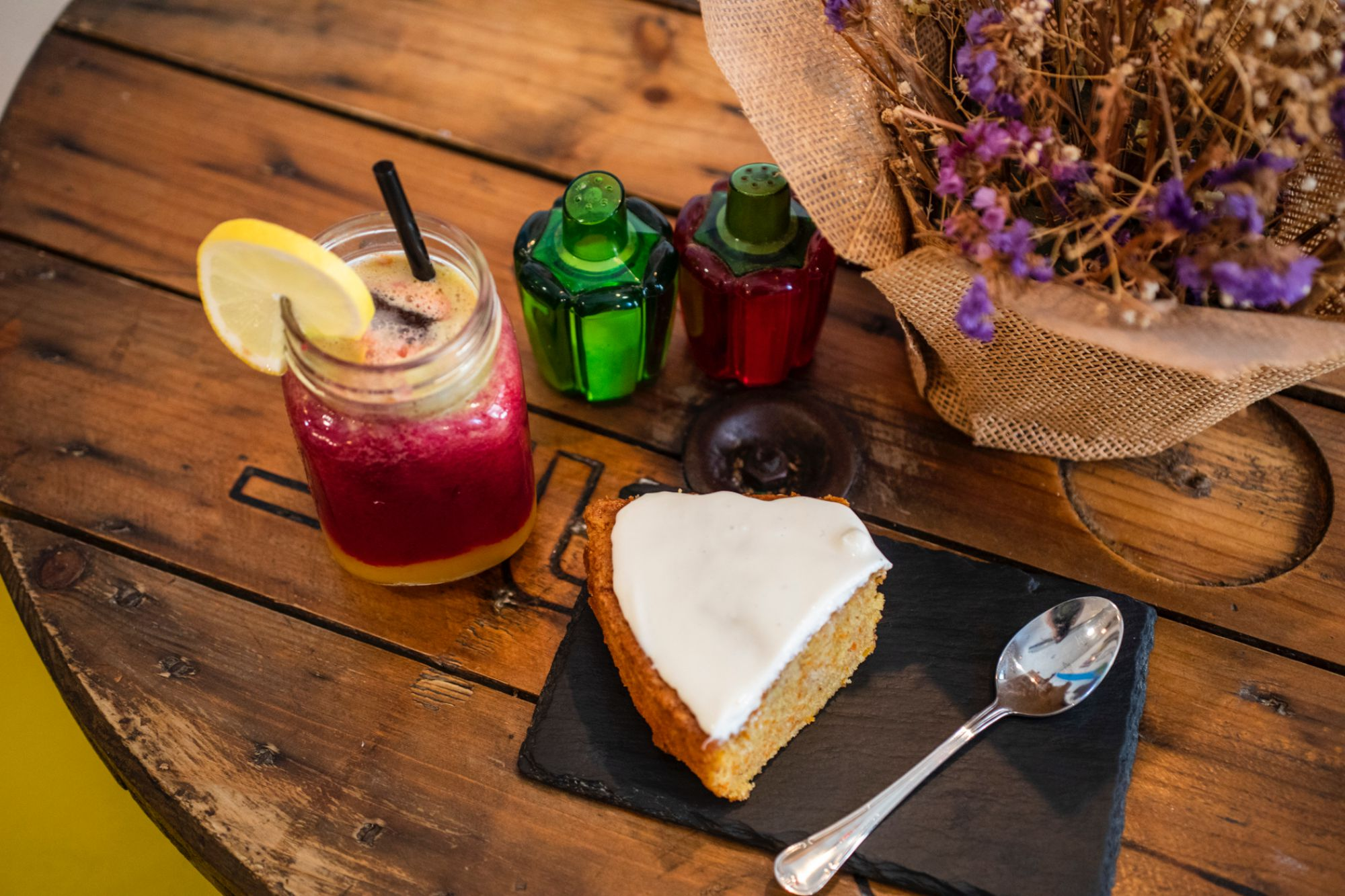 La tarta de zanahoria y el zumo Arco Iris dibujarán una sonrisa mañanera en tu cara.