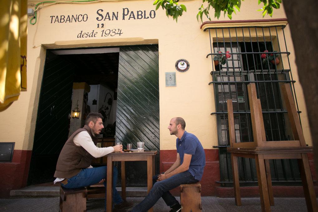 Este tabanco da a una de las calles con mayor ambiente del barrio de San Miguel.
