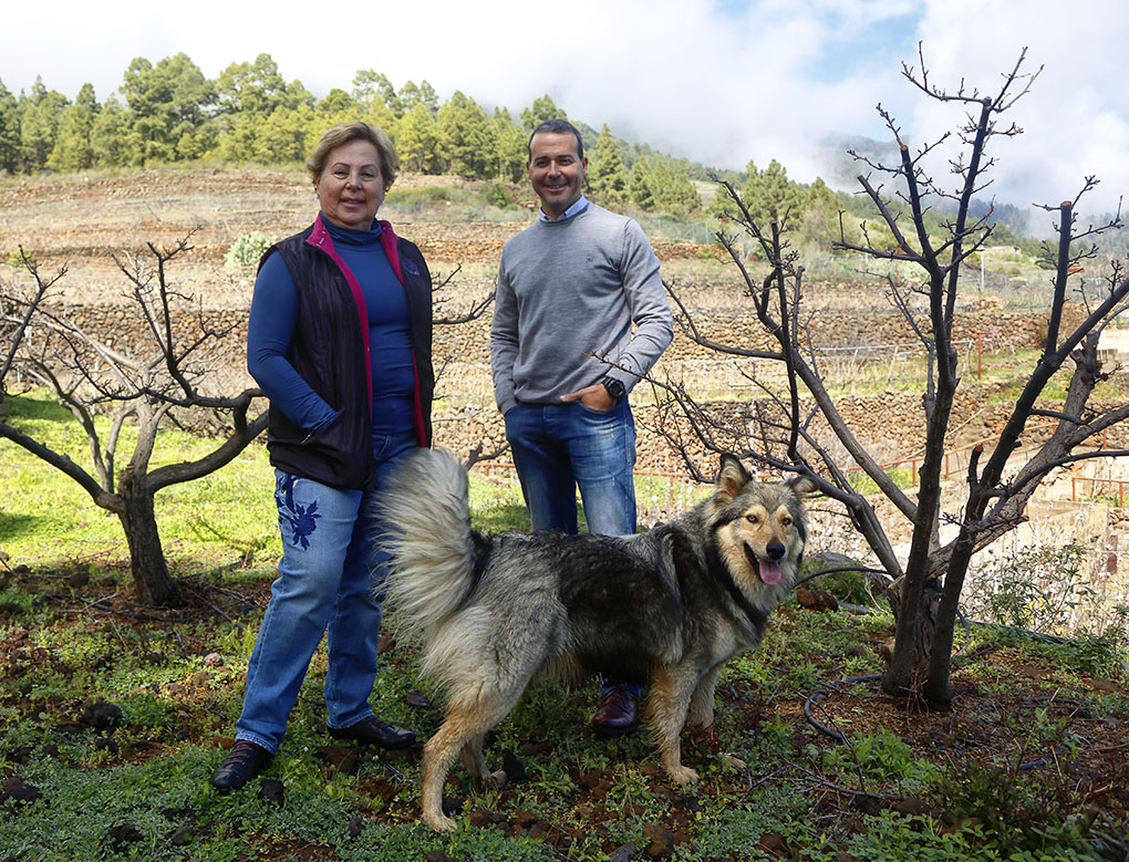 Carmen Gloria y Juan Rubén, madre e hijo, junto a 'Golfa', su pastor garafiana.