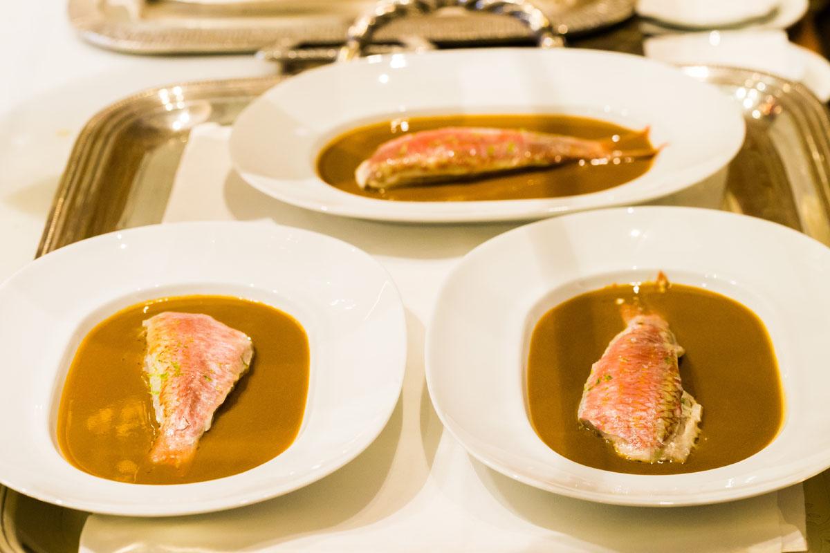El salmonete se sirve sobre una salsa de bogavante.