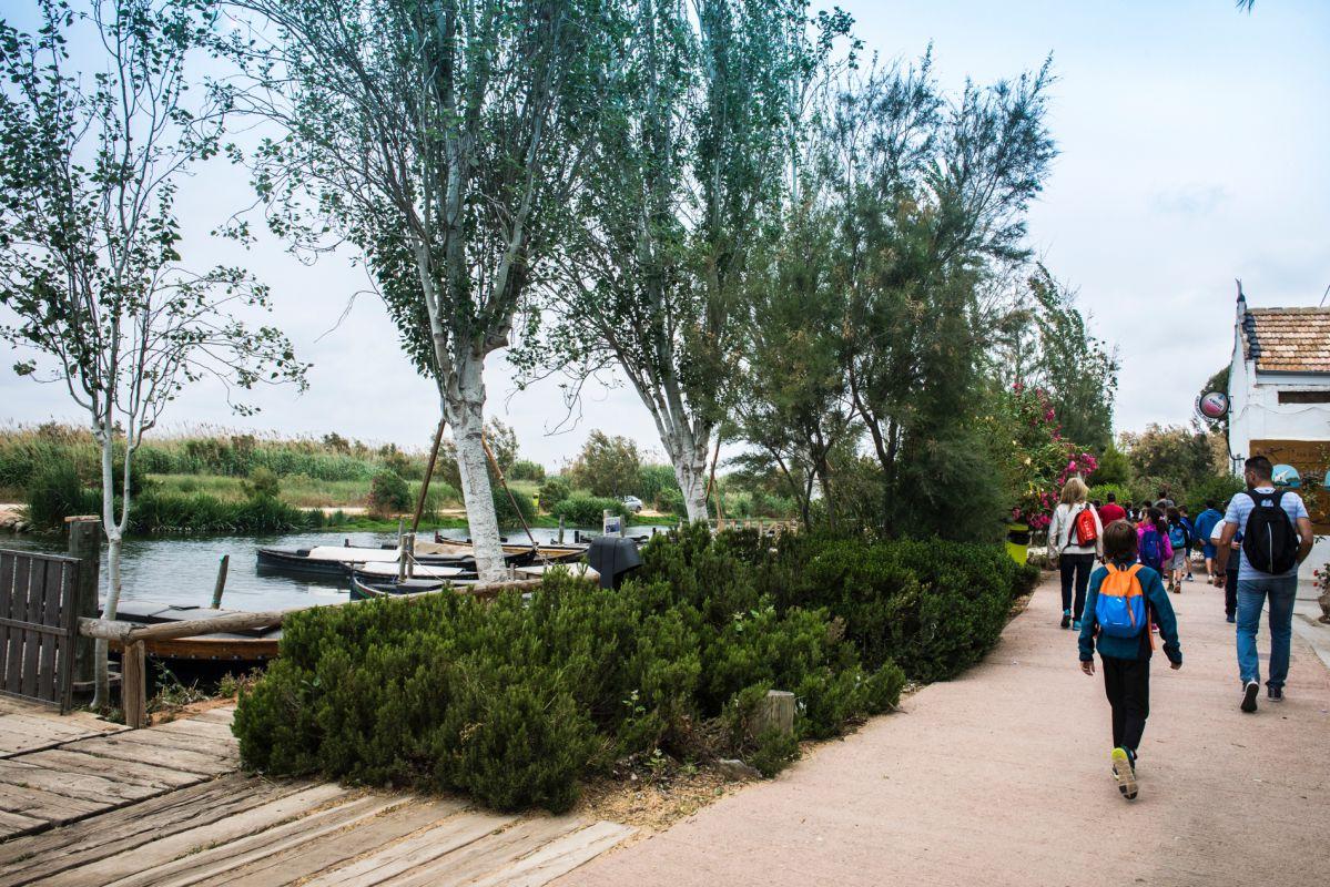 Un grupo de visitantes pasean por el puerto de Catarroja, en Valencia.