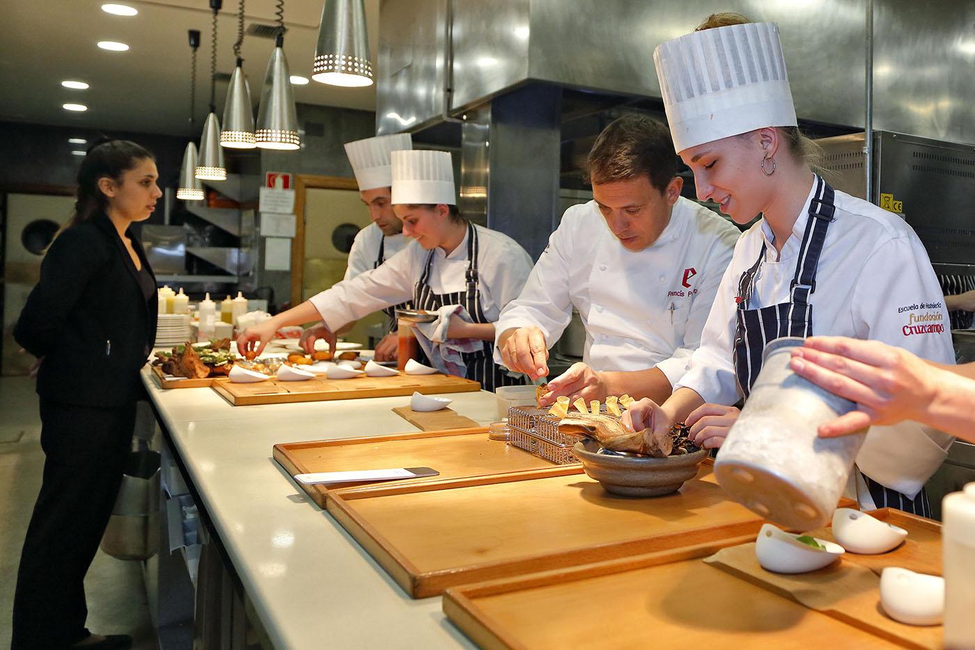 Restaurante 'El Portal de Echaurren'. Francis Paniego en la cocina.
