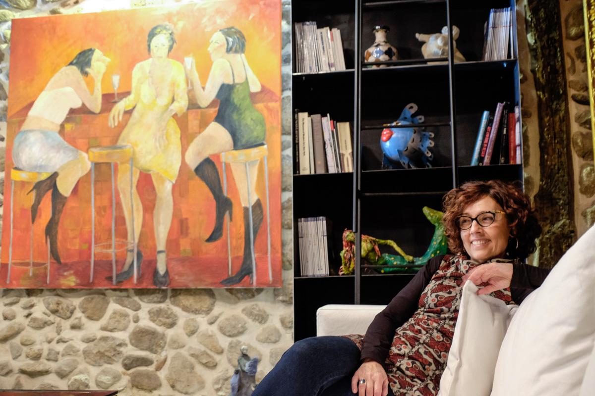 Marta Barrasa, una de las hermanas dueñas de la casa y de risa fácil posa en el salón.