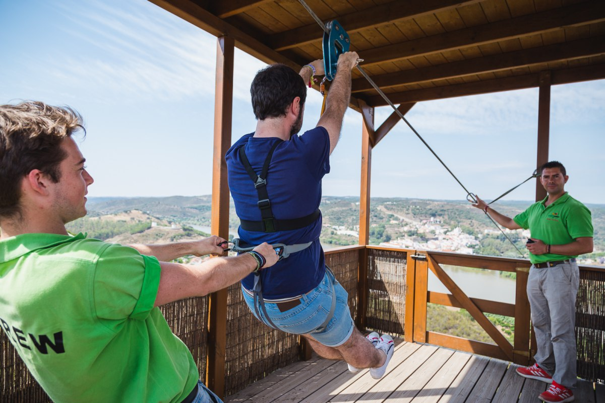 Brazos extendidos y pies levantados son las normas para comenzar un viaje de 720 metros entre dos países.