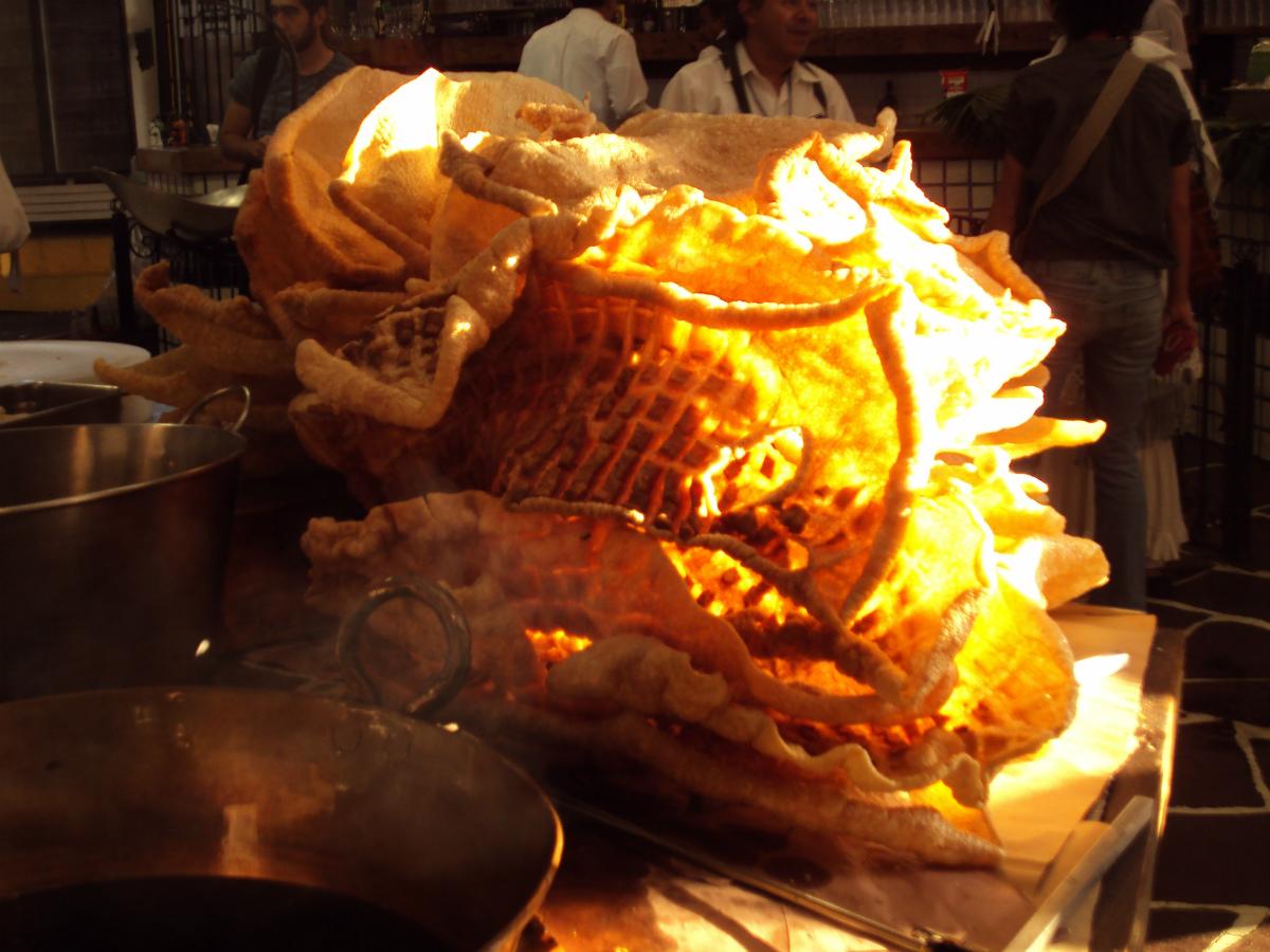 Piel de cerdo frita, allí se llama chicharrón y aquí serían cortezas de cerdo fritas. Allí fríen enteras las pieles del chancho. La imagen es del Restaurante Arroyo, México DF.  Foto: R.T.