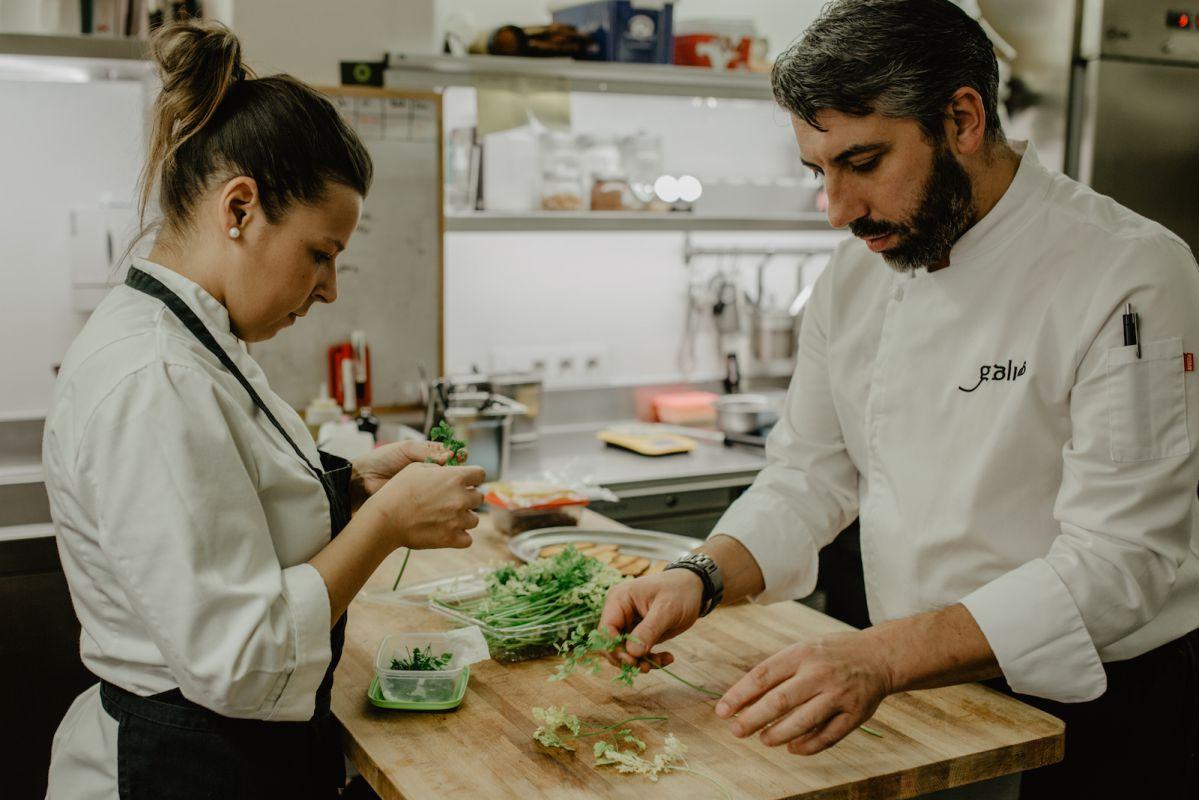 Eva y Juan seleccionan las hierbas que terminarán hoy en los platos.