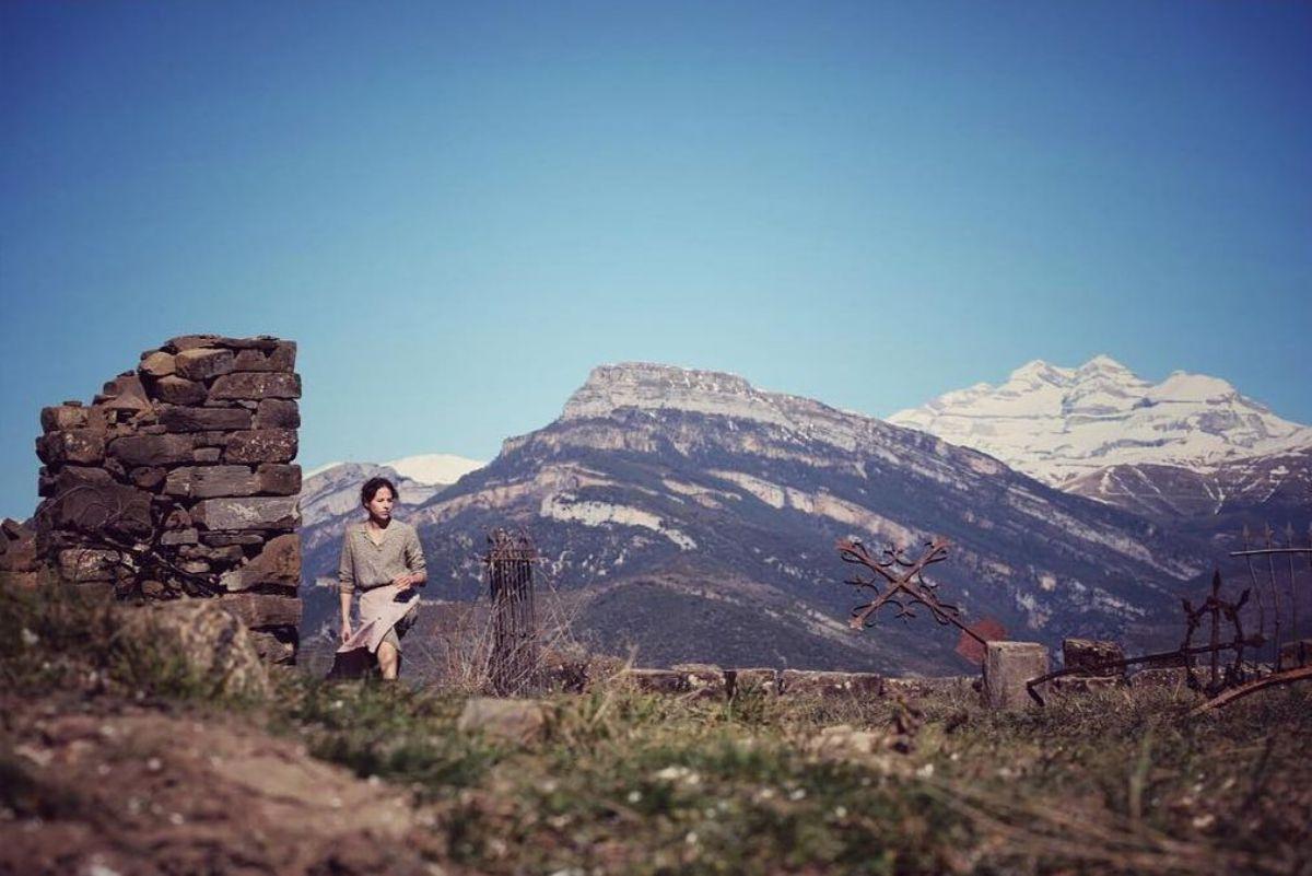 Durante el rodaje de 'Bajo la piel de lobo', con Monte Perdido de fondo, en el Pirineo oscense.