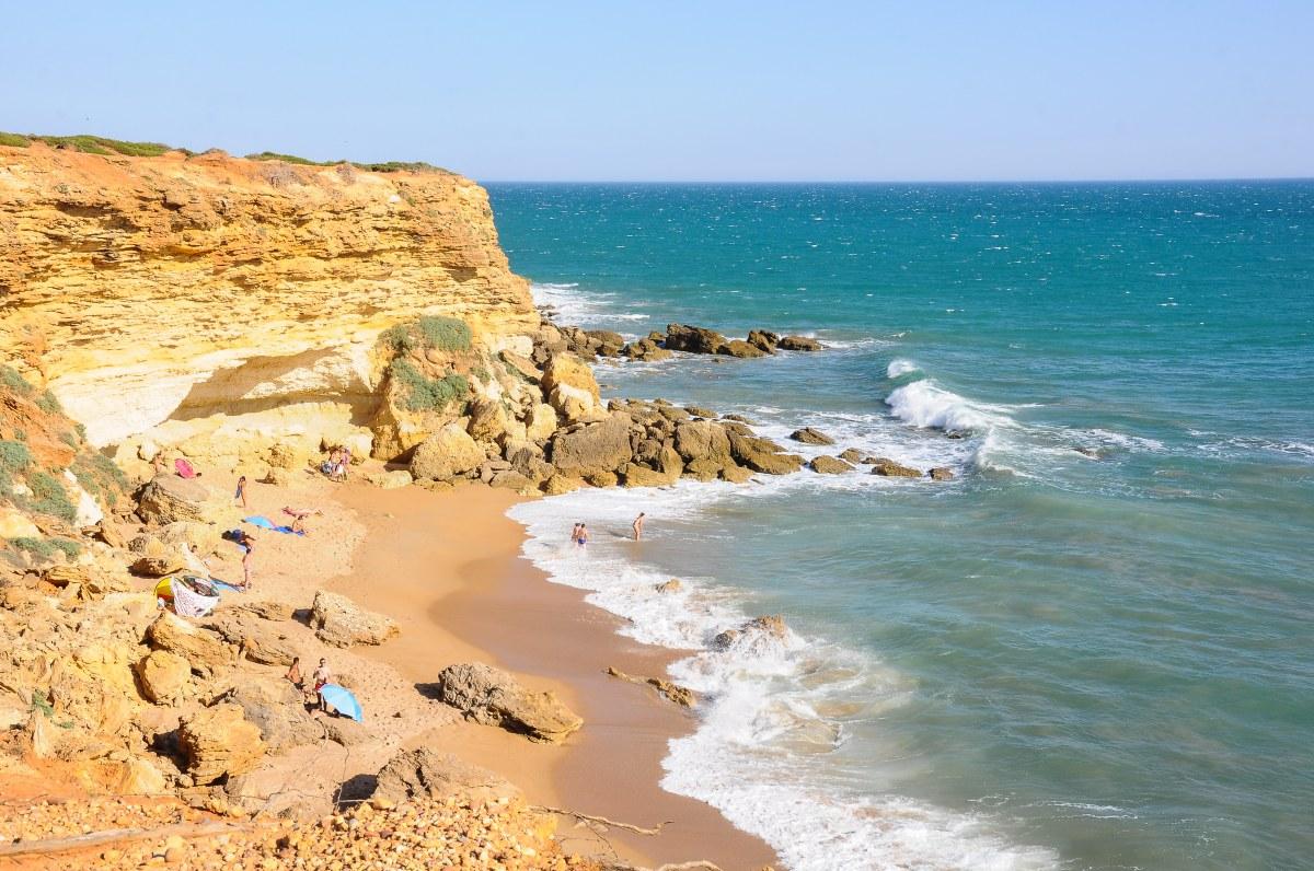 Un paisaje idílico de mar esmeralda rodeado de piedras rojizas. Foto: Shutterstock.