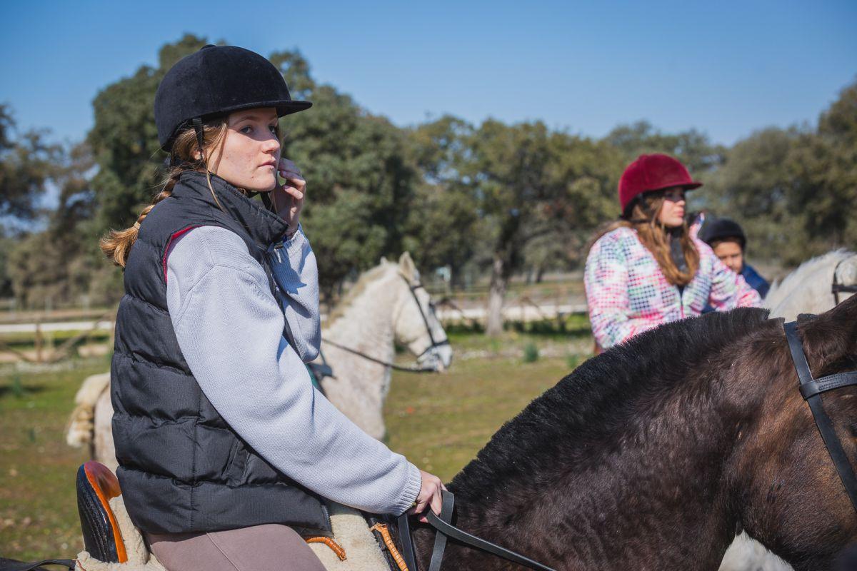 Andrea Rojas, una de las jinetes, con Quintanilla, una pura raza española color castaño.