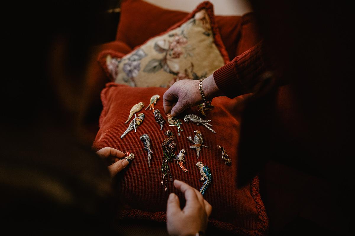 Muestra de la colección de broches de loros traídos por Gloria de sus viajes.