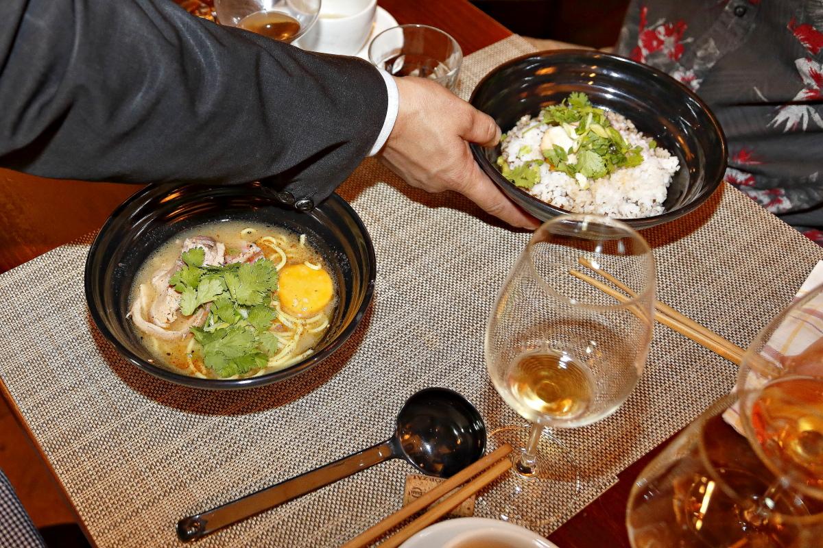 Sirviendo los platos de cocina japonesa para su maridaje con jereces en el restaurante Matritum, en Madrid.
