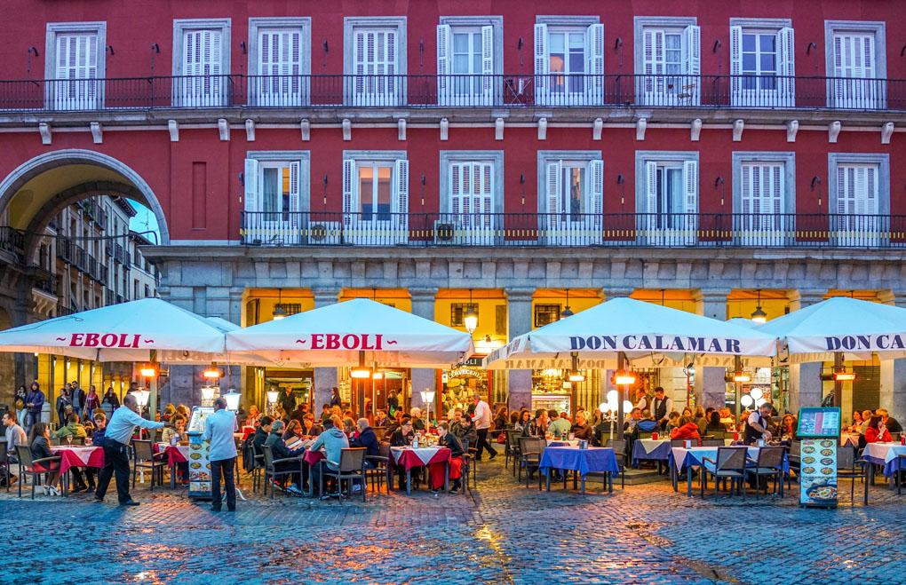 Uno de los restaurantes de la Plaza Mayor. Foto: Boris-B. Shutterstock.