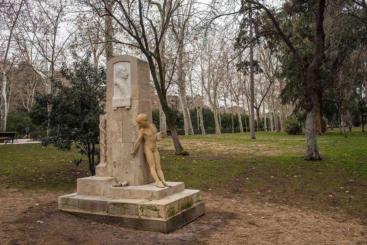 Otras estatuas, fuera del vivero, adornan los jardines del parque del Retiro.