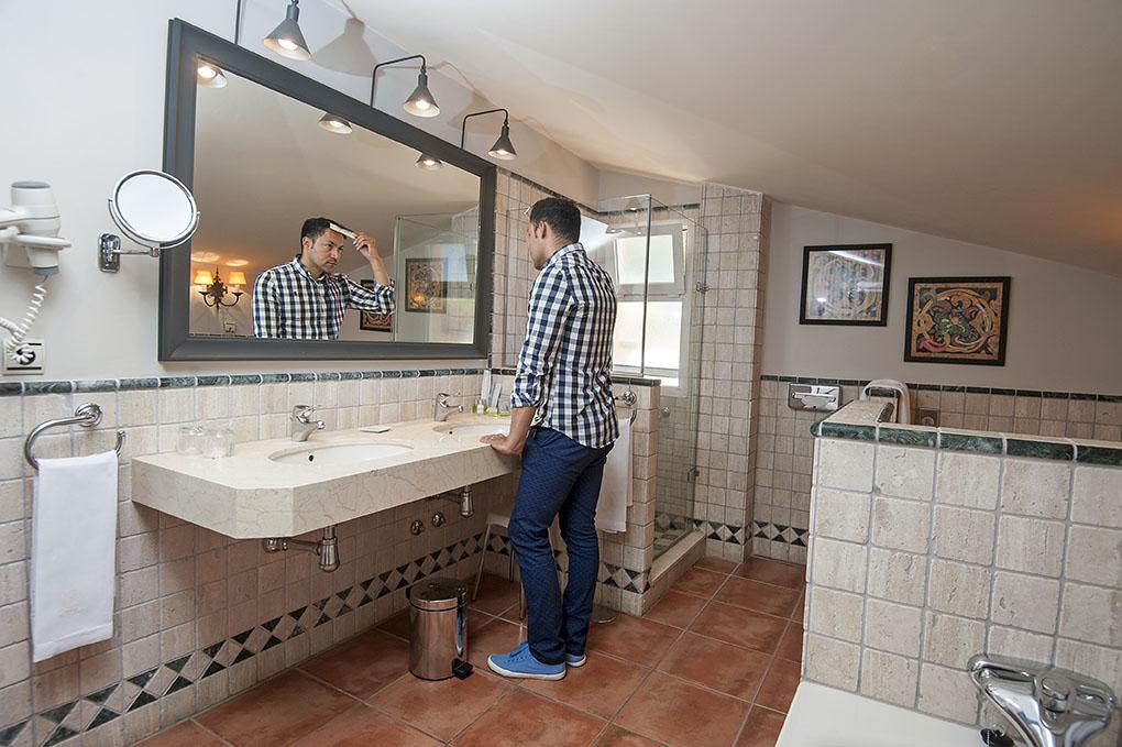 Los baños están decorados con elementos de cerámica y barro muy mediterráneos.