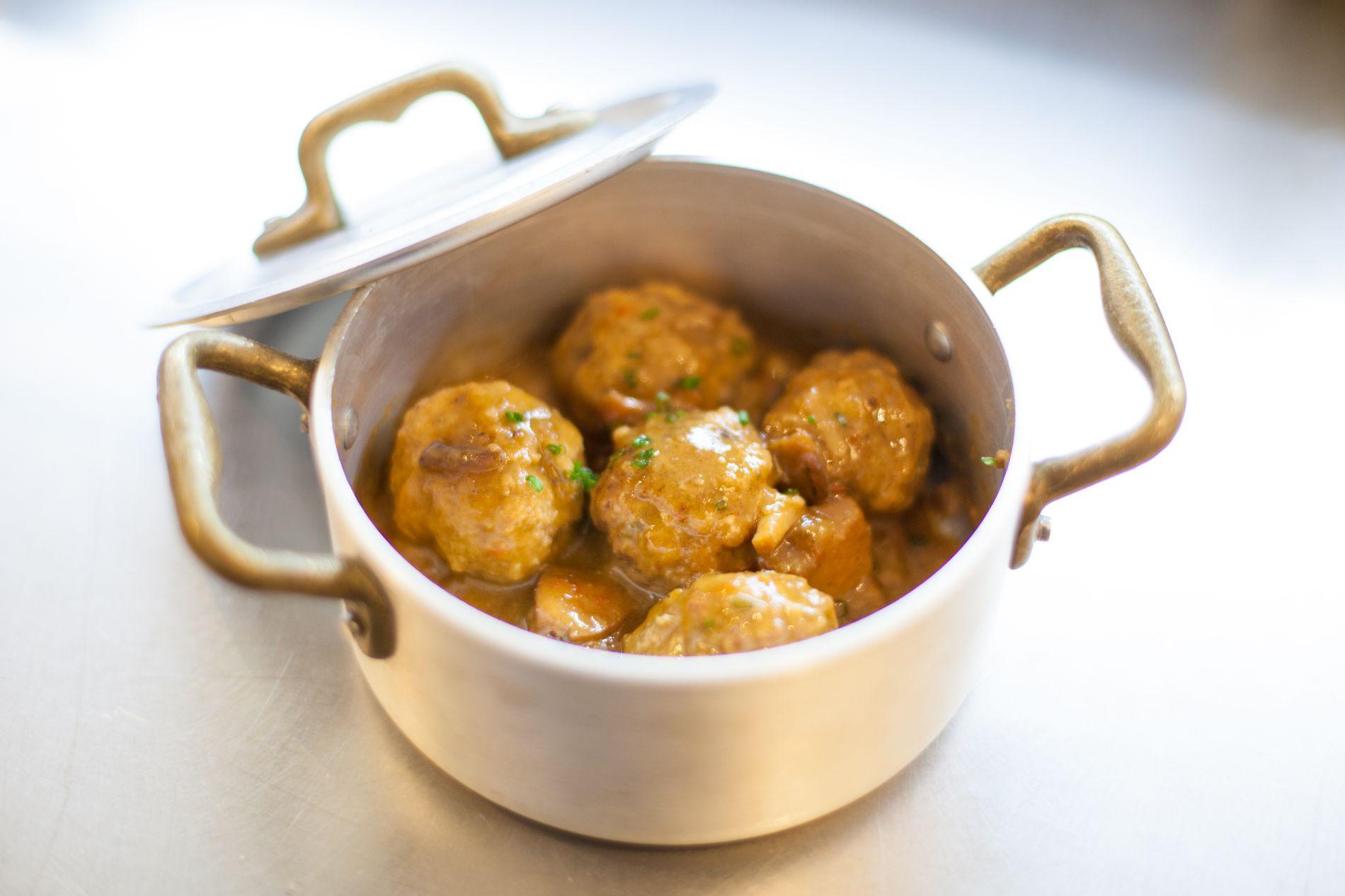 Guiso de albóndigas, un plato clásico pero que siempre apetece. Foto: Grill Room Bar Thonet.