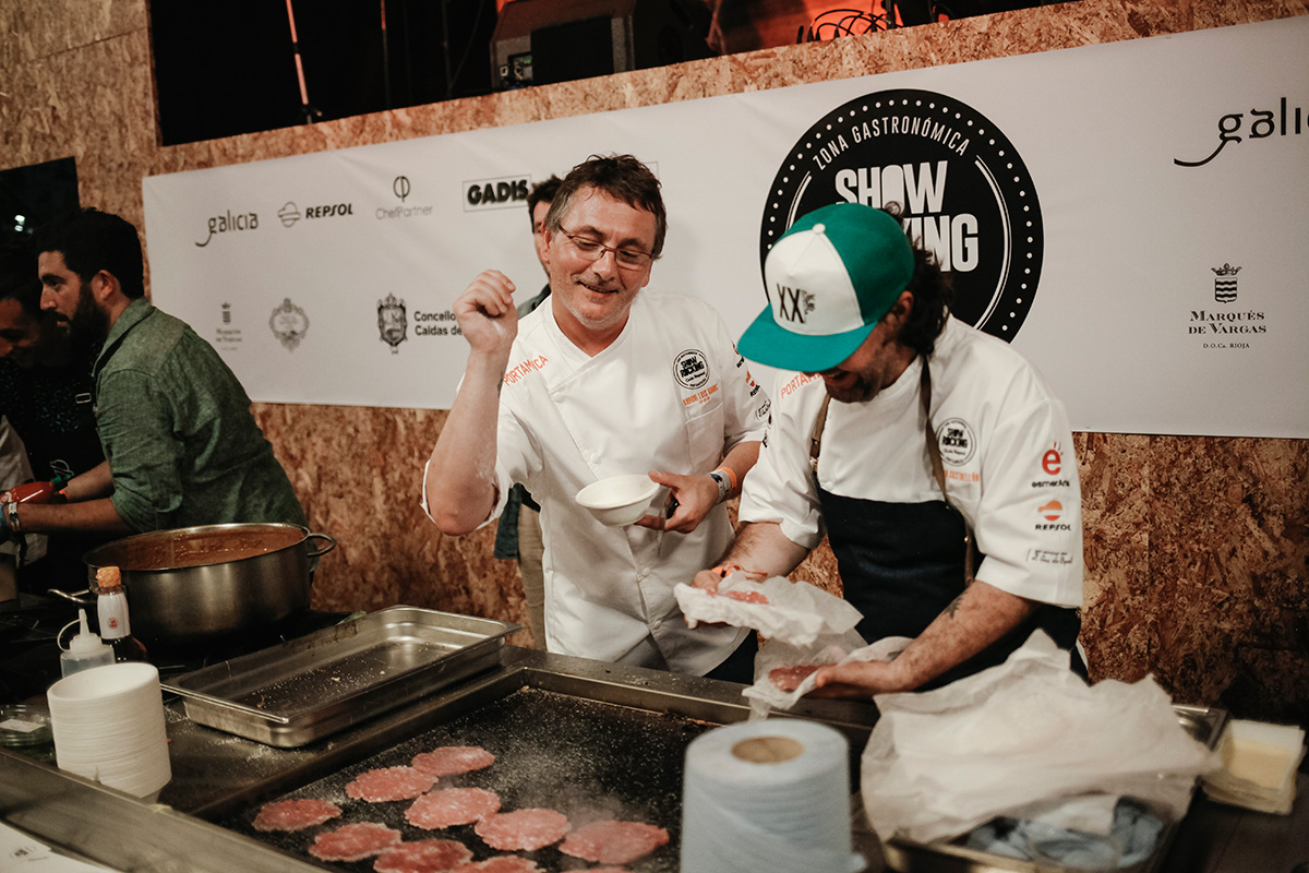 El chef de Mugaritz se divierte en la plancha con el panameño Mario Castrellón.