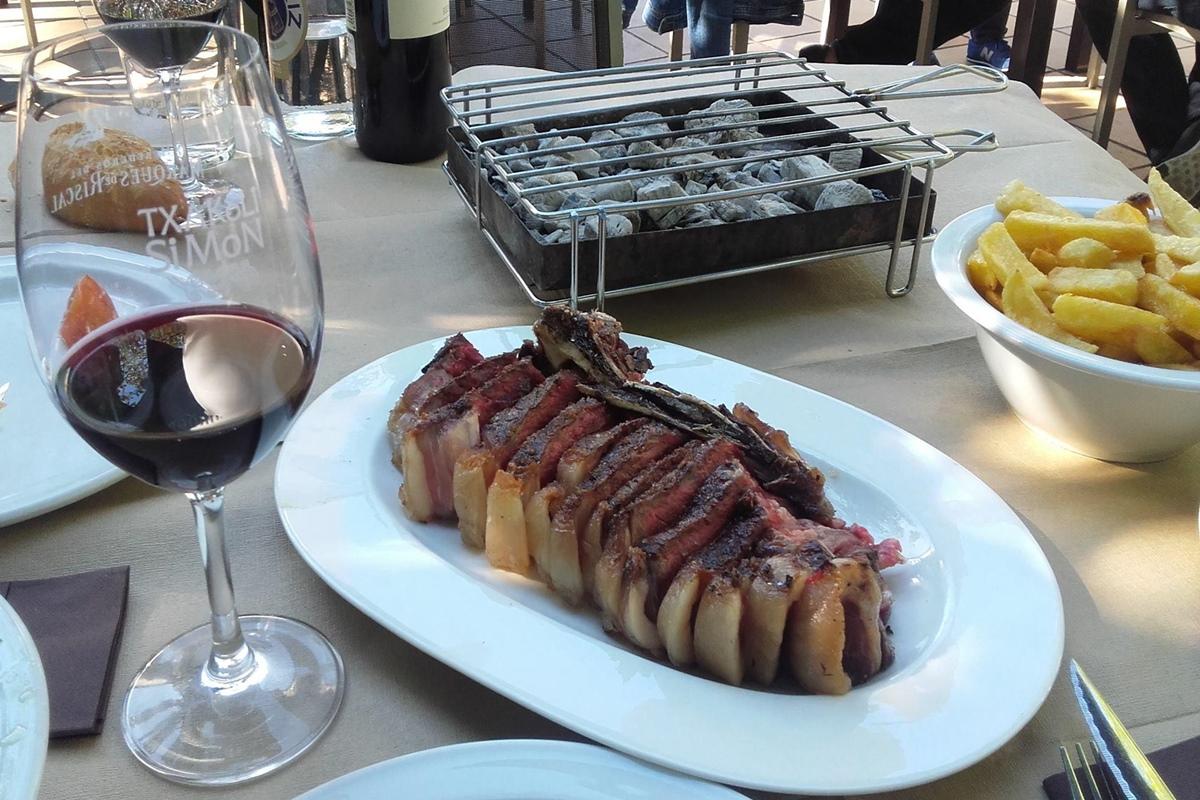 La carne a la brasa es una de las especialidades de 'Txakoli Simon'. Foto: Facebook.