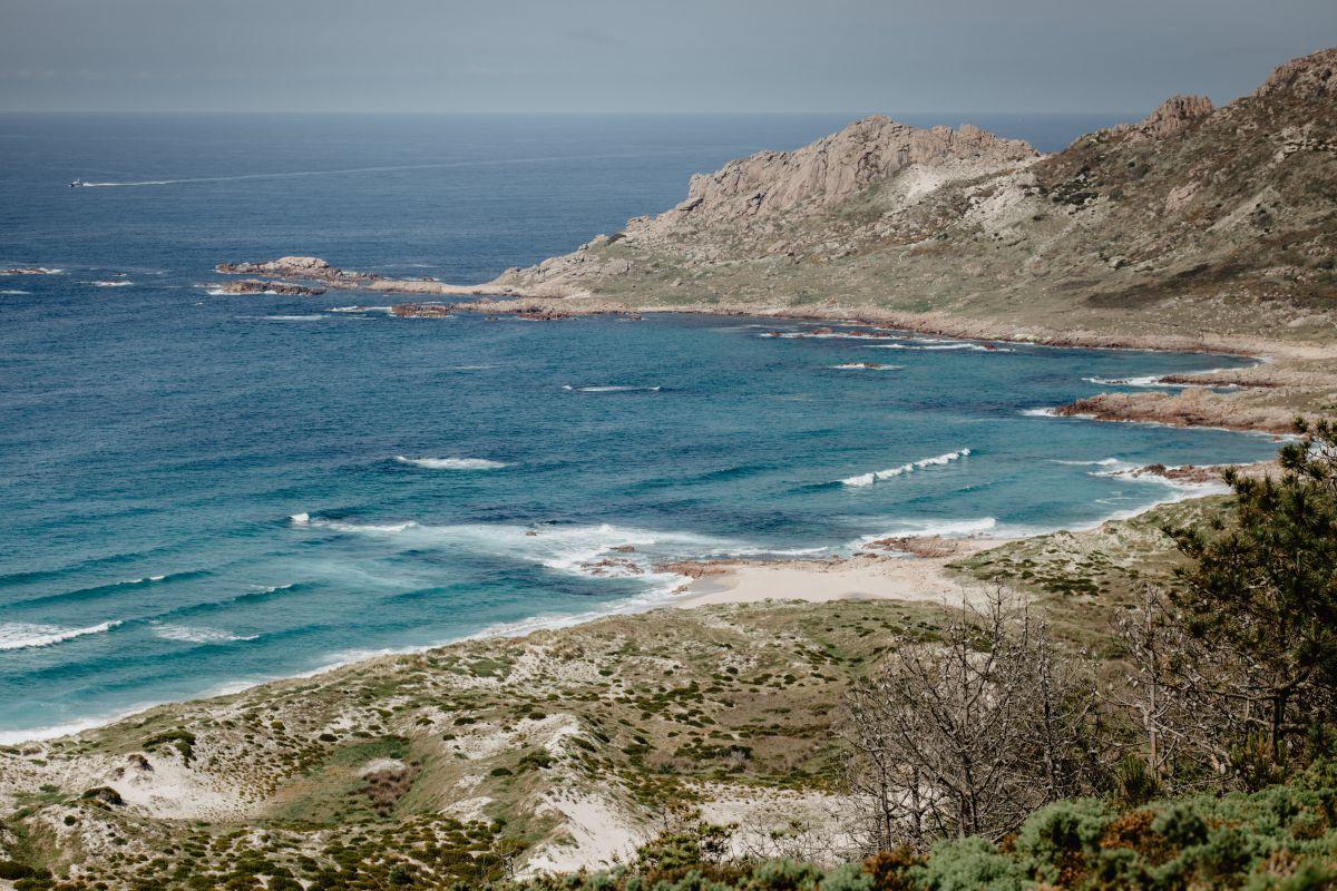 Una de las playas salvajes que se encuentran a través del O Camiño dos Faros (Costa da Morte, A Coruña).