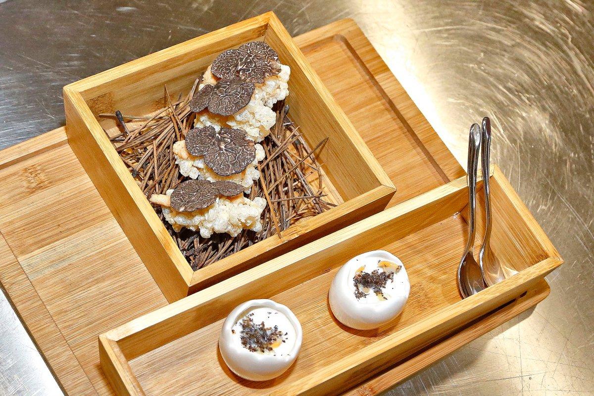 La particular 'evolución de un torrezno' y el ajoblanco 'con matices...' de aperitivos.