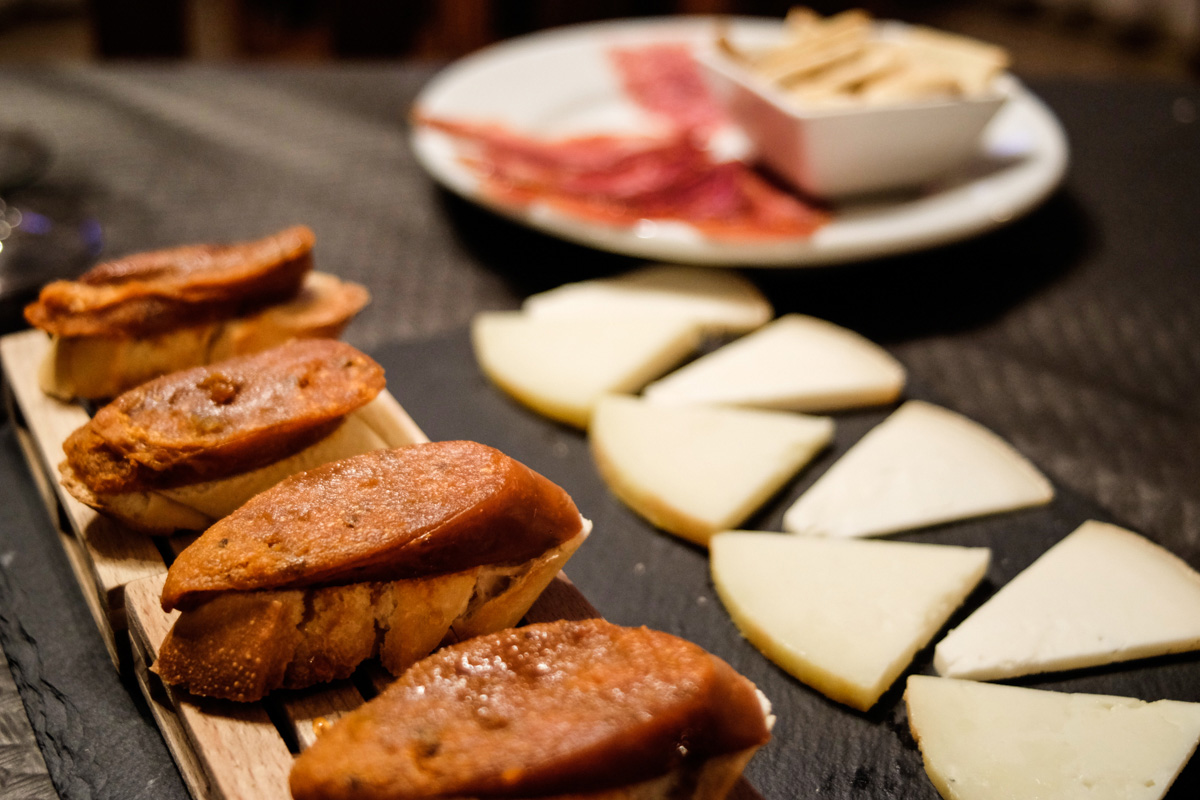 El Pica-pica jurado incluye farinato (morcilla patatera con anís) y queso de cabra curado.