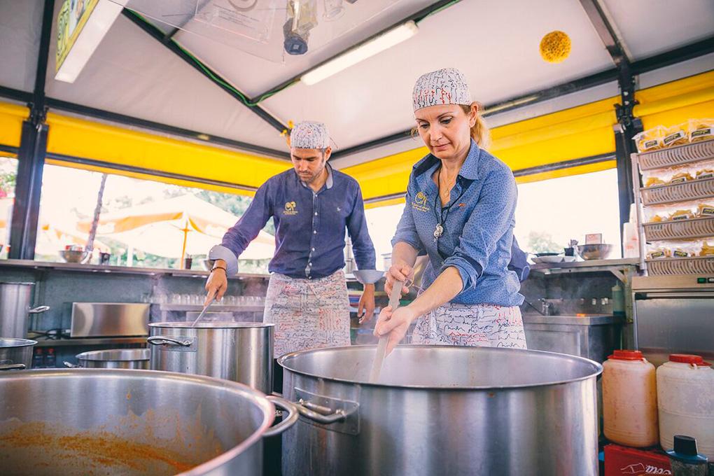 Juan Carlos y María Jesús llevan 12 años cocinando caracoles.