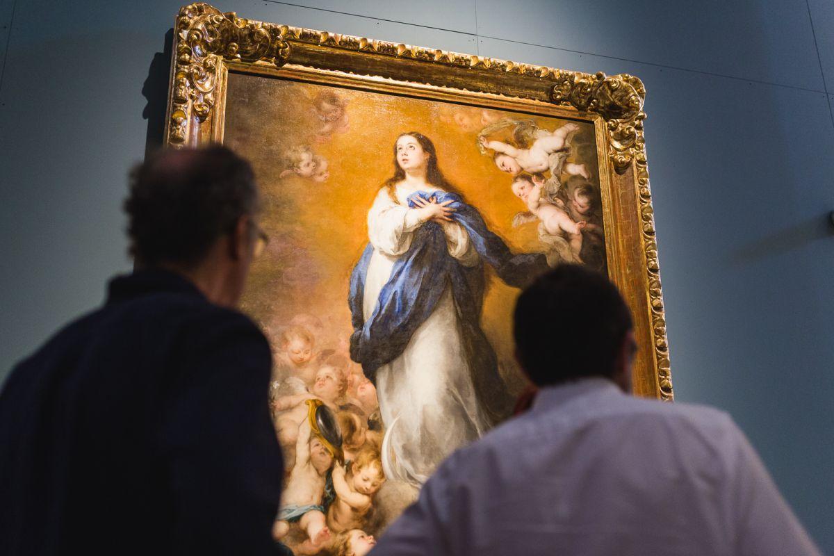 Unos visitantes miran una de las Inmaculadas de Murillo en el Museo de Bellas Artes de Sevilla.