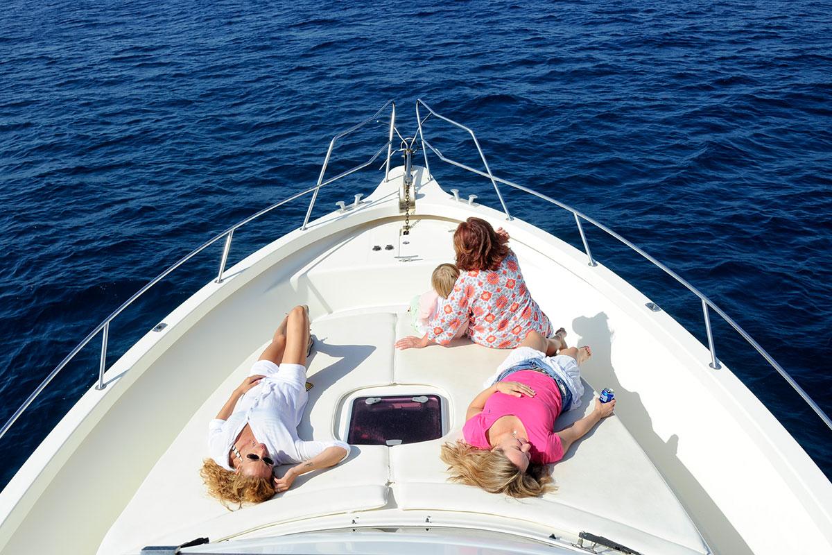 En el barco también hay tiempo para tomar el sol y descansar.