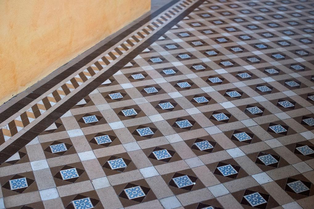 Detalle de los suelos hidráulicos del hotel.