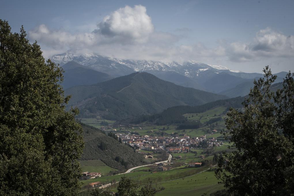 El ermitaño Toribio tuvo suerte al lanzar su cayada. Vista de Potes desde el Monasterio.