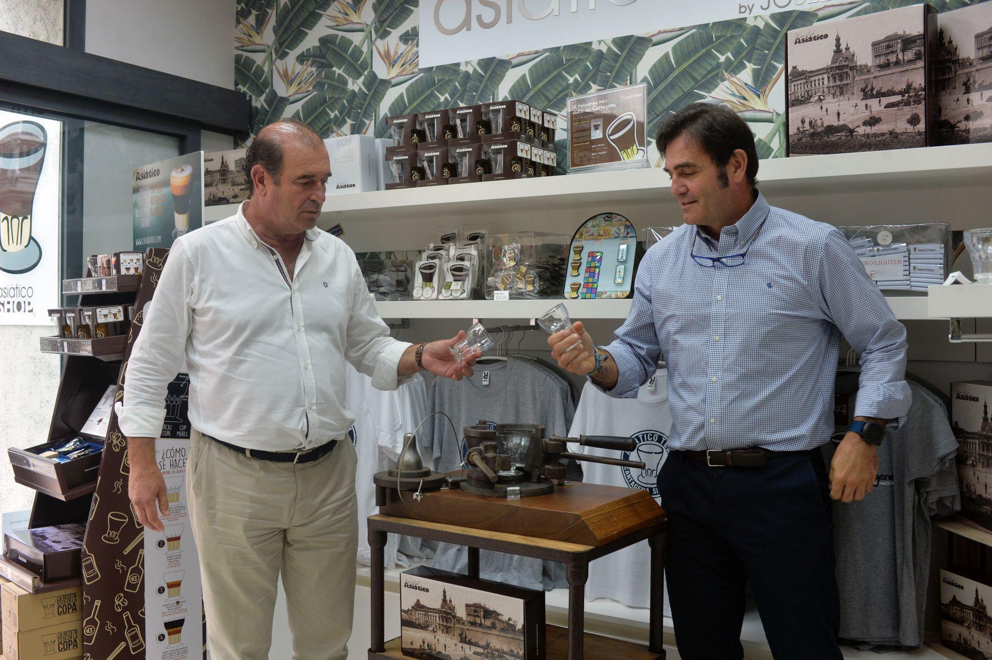 Café asiático de Cartagena (Murcia): José y Carlos Díaz Beltrán